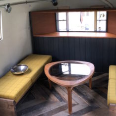 オリジナルベンチをエアストリームに納品