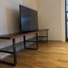 敷台を再利用した黒皮鉄フレームのテレビボード